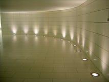 Indicatori luminosi del pavimento nel corridoio sotterraneo Immagini Stock Libere da Diritti