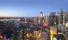 Indicatori luminosi dell'orizzonte della città al tramonto Immagini Stock