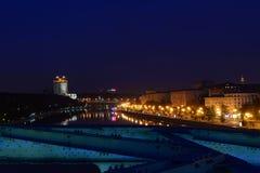 Indicatori luminosi della città alla notte immagini stock