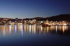 Indicatori luminosi della città attraverso il porto fotografia stock libera da diritti
