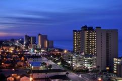 Indicatori luminosi della città dei commerci sul litorale immagini stock libere da diritti