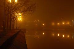 Indicatori luminosi della città su una notte nebbiosa Fotografia Stock Libera da Diritti
