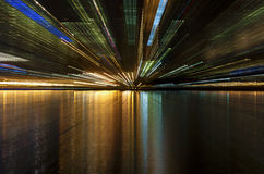 Indicatori luminosi della città sul fiume Immagine Stock