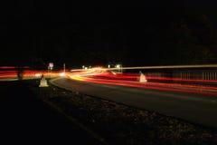 Indicatori luminosi della coda nella notte Fotografie Stock