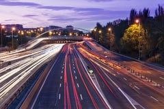 Indicatori luminosi della traccia di traffico della via M30 a Madrid Fotografie Stock