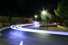 Indicatori luminosi delle automobili a tarda notte Immagine Stock