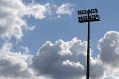 Indicatori luminosi dello stadio su una priorità bassa del cielo blu Immagine Stock