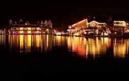 Indicatori luminosi di natale che riflettono sul lago Fotografia Stock