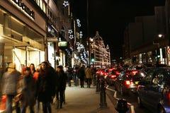 Indicatori luminosi di Natale sulla strada di Brompton con Harrods Fotografia Stock