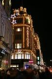 Indicatori luminosi di Natale sulla strada di Brompton con Harrods Fotografia Stock Libera da Diritti