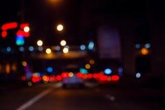 Indicatori luminosi di notte in città royalty illustrazione gratis