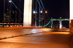 Indicatori luminosi di notte su un ponte Immagine Stock Libera da Diritti
