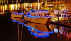 Indicatori luminosi di notte sulle barche Immagini Stock