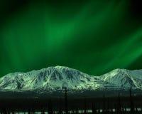 Indicatori luminosi nordici sopra le montagne nell'intervallo di Alaska immagine stock libera da diritti
