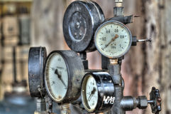 Indicatori per la misura in una vecchia fabbrica Fotografia Stock Libera da Diritti