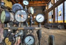 Indicatori per la misura in una vecchia fabbrica Fotografie Stock
