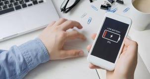 Indicazione bassa della batteria sullo smartphone video d archivio