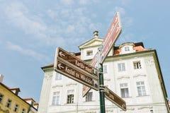 Indicazioni turistiche sui segnali stradali fotografie stock