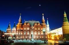 Indichi il museo storico della Russia sotto la luna Fotografie Stock
