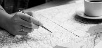 Indichi il posto per il viaggio sulla mappa con progettazione nera Immagini Stock Libere da Diritti
