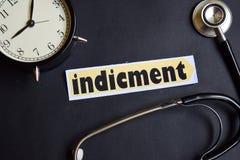 Indicment auf dem Papier mit Gesundheitswesen-Konzept-Inspiration Wecker, schwarzes Stethoskop stockbilder