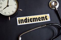 Indicment på papperet med sjukvårdbegreppsinspiration ringklocka svart stetoskop arkivbilder