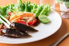 Indicus di Lethocerus ed insalata verde della papaia fotografia stock
