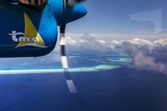 Indien海洋Malddives - 2015年6月14日:在环礁的水上飞机飞行 库存图片