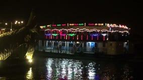"""INDIEN †""""DECEMBER 25, 2013 för KOLKATA (CALCUTTA): färja passagerareskeppet på den Hoogly floden på natt†""""2013 arkivfilmer"""
