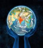 Indien auf Planet Erde in den Händen Lizenzfreie Stockfotografie