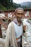 Indien berg, lopp, stående, man, by, arbete, flod, Manali, bro, Arkivbild