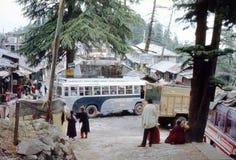 1977 Indien Busse, die in oberem Dharmshala kommen und gehen Stockfotos