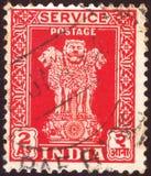 INDIEN - CIRCA 1950: Den avbrutna portostämpeln som skrivs ut av indisk mening, visar fyra indiska lejon huvudstad av den Ashoka  arkivfoto