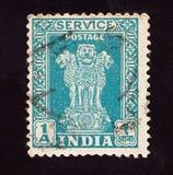 INDIEN - CIRCA 1950: Den avbrutna portost?mpeln som skrivs ut av indisk mening, visar fyra indiska lejon huvudstad av den Ashoka  royaltyfri fotografi