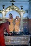 1977 Indien Ein hindischer eifriger Anhänger, der ein Puja durchführt Stockbilder