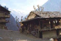 1977 Indien Eine große Familie genießt die Sonne des späten Nachmittages Malana Lizenzfreies Stockfoto