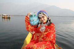 Indien-gebürtiges Mädchen-tragendes Wasser auf blauem Farben-Potenziometer Lizenzfreies Stockbild