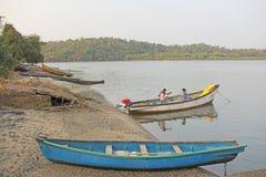 Indien GOA, Januari 18, 2018 En man och en kvinna är fiskare in Royaltyfri Fotografi