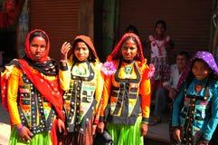 Indien: Gujaratifrauen, die herein colourfull Kleider und Kostüme tragen stockbilder