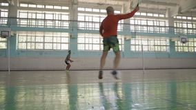 Indien Guy Makes Feeding Valiant Opponent, badminton de jeu clips vidéos
