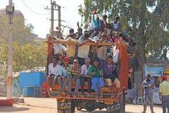 Indien Hampi, 02 Februari 2018 En härlig indisk lastbil bär mycket indiska personer Det glade Hindus leendet och att vinka deras arkivfoto