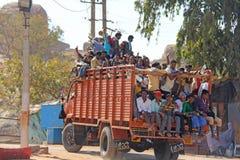 Indien Hampi, 02 Februari 2018 En härlig indisk lastbil bär mycket indiska personer Det glade Hindus leendet och att vinka deras arkivbilder