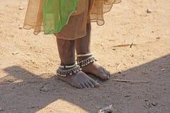 Indien Hampi, 02 Februari 2018 Foten av en liten indisk flicka Fotografering för Bildbyråer