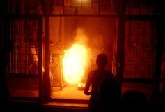 1977 Indien Holika-Feuer in einem hindischen Tempel, die Nacht vor dem Holi-Festival Stockfotografie