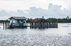 Indien hus som doppas i floder fotografering för bildbyråer