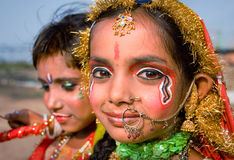 Indien Jammu, 18 06 2011 barn visar Krishna och Radha i Ja Arkivfoton