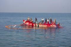 Indien Kerala - December 27, 2015: Indiska fiskare drar grafiskt den målade Seine rätten i fartyg 2 Net målade i ljusa färger, Fotografering för Bildbyråer