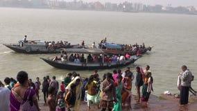 """INDIEN KOLKATA-†""""DECEMBER 25: Hoogly flod i Kolkata och fartyg med böner nära den Dakshineswar Kali templet, December 25, 2013 lager videofilmer"""