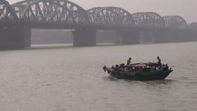 INDIEN KOLKATA: €DECEMBER 25: Hoogly flod i Kolkata och fartyg med böner nära den Dakshineswar Kali templet arkivfilmer