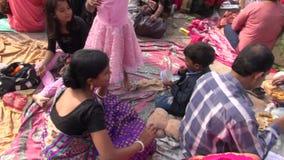 INDIEN KOLKATA - DECEMBER 25: söndag folk nära den Dakshineswar Kali templet arkivfilmer